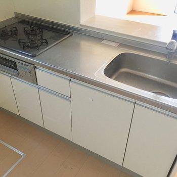 【LDK】グリル付き、3口、調理スペースありと、お料理しやすいキッチンです。