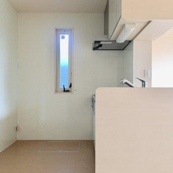 【LDK】キッチンは後ろがゆったりしているのでいいですね。食器棚も置けそう。