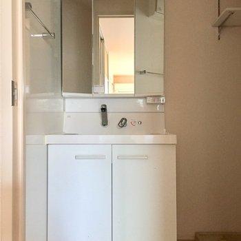 独立洗面台は鏡が収納になっていますよ。※写真は通電前のものです