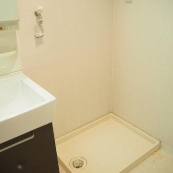 隣には洗濯機置場。※写真は6階反転間取り・別部屋のものです