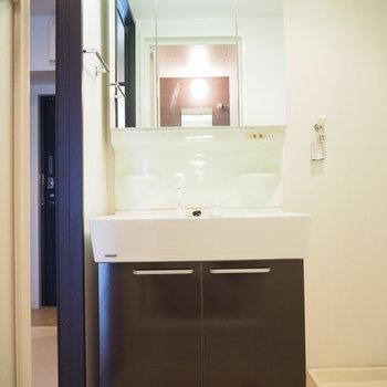 大きな鏡の独立洗面台!※写真は6階反転間取り・別部屋のものです