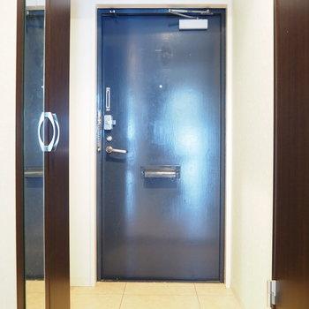 玄関もダークブラウンでシックに※写真は6階反転間取り・別部屋のものです