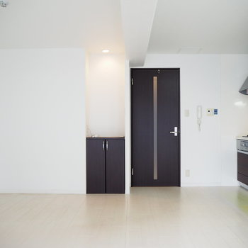 ドアの横には飾り棚があります!照明も良いですね。※写真は6階反転間取り・別部屋のものです