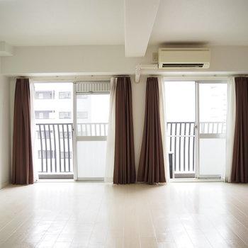 カーテンでお部屋の印象が変わりそう※写真は6階反転間取り・別部屋のものです