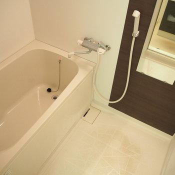 お風呂です。ラックも付いてます!※写真は6階反転間取り・別部屋のものです