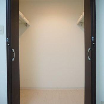 洋室】なんと、ウォークインクローゼット付き!たくさんしまえますね。※写真は6階反転間取り・別部屋のものです