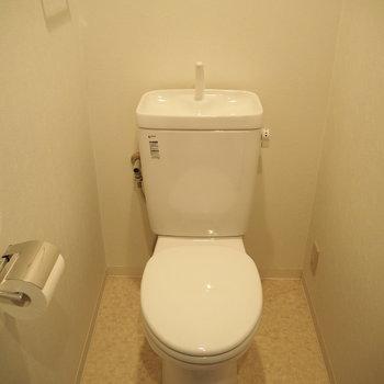 カバーとマットでトイレも明るく。※写真は6階反転間取り・別部屋のものです