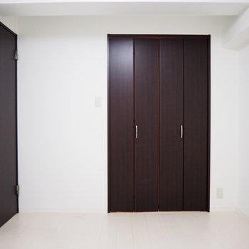洋室】こちらは5.8帖の洋室※写真は6階反転間取り・別部屋のものです