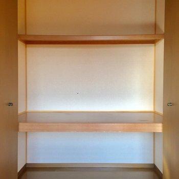 【洋室7.5帖】押入れ式。横幅がかなりあるので引き出しなども入りそうです。