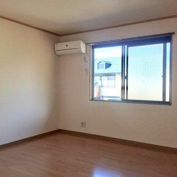【洋室8帖】ゆったりとしたお部屋なので、大きめのベッドを置いても大丈夫です◎