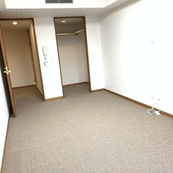 洋室1:収納たっぷりの縦長のお部屋