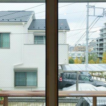 玄関側の眺望です。共用テラスになっています。