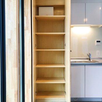 こちらは靴箱や食器棚、日用品ストックなどにどうぞ。