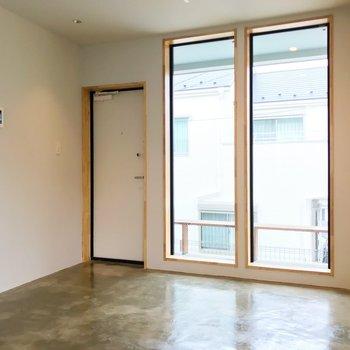 玄関には段差がないので、マットを敷いてメリハリのある空間に。