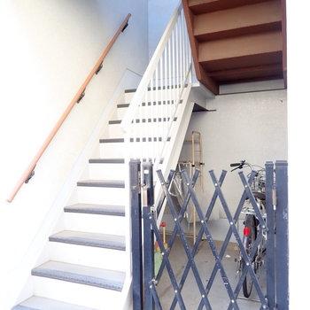 共用部】急な階段をのぼって2階へ!