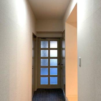 真っ直ぐお部屋まで続きます