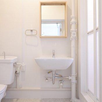 洗面台の前には木の枠がポイントの鏡がついています。