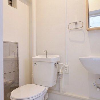 すぐ横にトイレがあります。コンセントがあるので、あとから温水洗浄便器に変えることも可能!