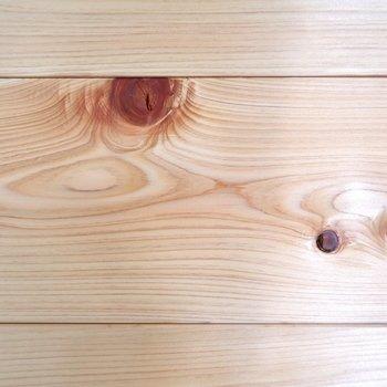 【和室2】壁の無垢材はしっかりとした木目で木の質感を楽しめます。