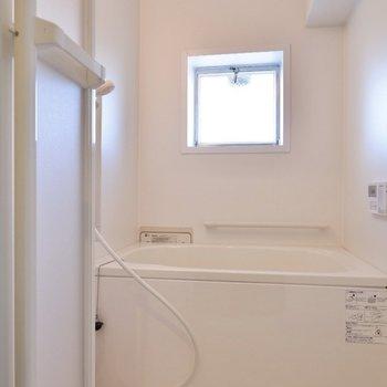 お風呂場は小窓があります。