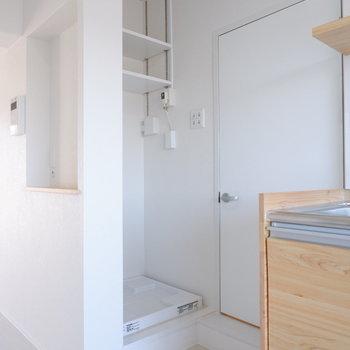 洗濯機置き場は高さ調整可能な棚がついています。