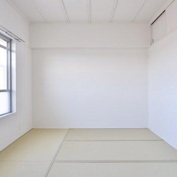 【和室1】窓が広く、自然な光だけで明るいですよ。