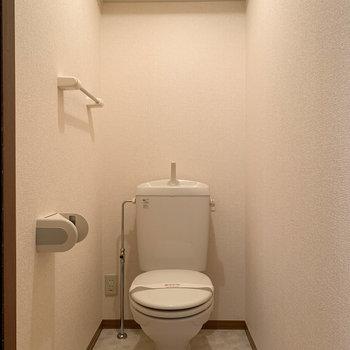 トイレは棚付き。