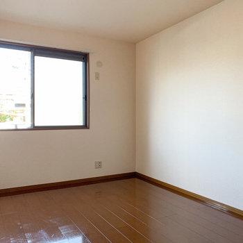 【洋室6帖】廊下出ると洋室が2つあります。