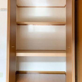 【テラス側洋室】収納は3段に分かれています。