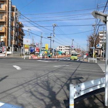 向かう途中にコンビニや飲食店がありました。