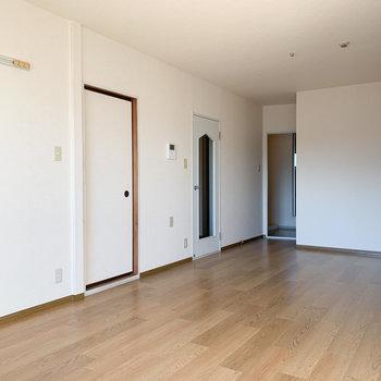 【LDK】シンプルなので、どんな色の家具も合いそうです。