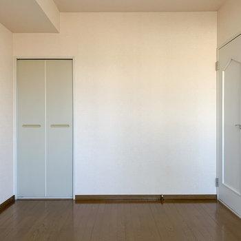 【洋室】白を基調としたお部屋です。