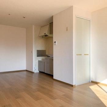 【LDK】キッチン奥の壁付近にテーブルなど置いても良さそうです。