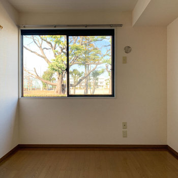 【洋室】洋室も大きな窓で風通りもgood