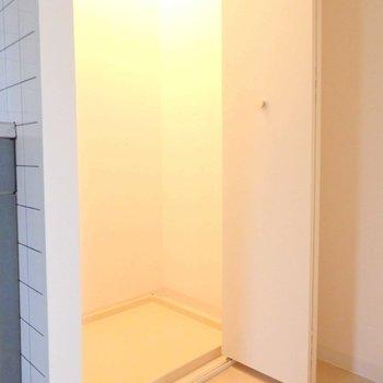 キッチン横に洗濯機置場。扉付きです。