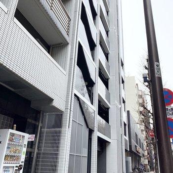 大通り沿いの建物です。
