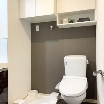 トイレの上に棚があるのは嬉しいポイントですね。※家具はサンプルになります