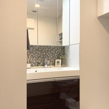 鏡面は収納なのですっきりと使えますよ。※家具はサンプルになります