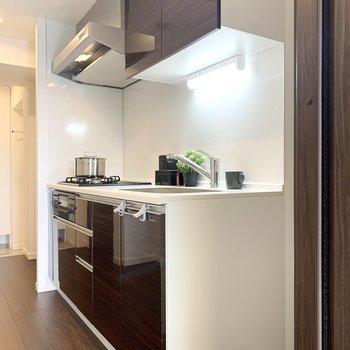 キッチンの隣に冷蔵庫を置けます。※家具はサンプルになります