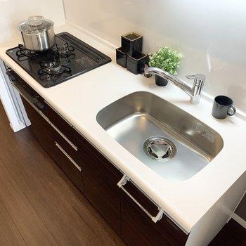 3口コンロ、シンクも広々で料理が捗ります。※家具はサンプルになります