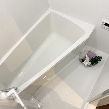 バスルームは不思議な形。浴室乾燥機が付いています。※家具はサンプルになります