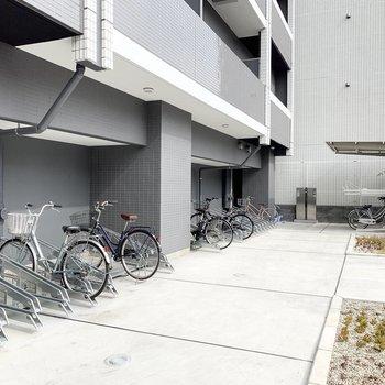 駐輪場はエントランス右側奥にありました。