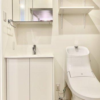 洗面台左の壁にはコンセントが。ドライヤーやヘアアイロンも使えますね。※写真は前回募集時のものです