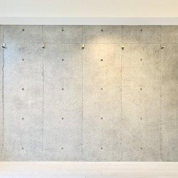 コンクリ―トの壁には何かが取り付けられているのが見えますね…。※写真は前回募集時のものです