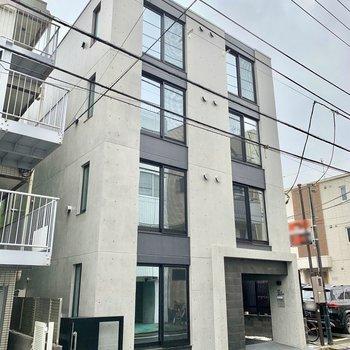 コンクリート打ちっぱなしがなんともハイセンスなマンションです。