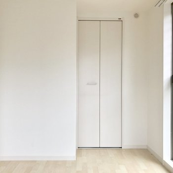 洋室の奥の扉は、、、?(※写真は1階の反転間取り別部屋、清掃前のものです)