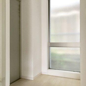 玄関にこのサイズの窓。開閉は出来ないけどおかげで明るい!(※写真は1階の反転間取り別部屋、清掃前のものです)
