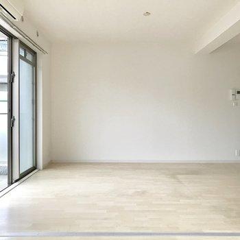 リビング側は壁寄せで家具を置きやすい!(※写真は1階の反転間取り別部屋、清掃前のものです)