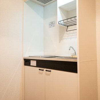 手前に冷蔵庫を置く場所があります。