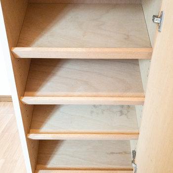 棚が斜めになっているタイプの靴箱です。